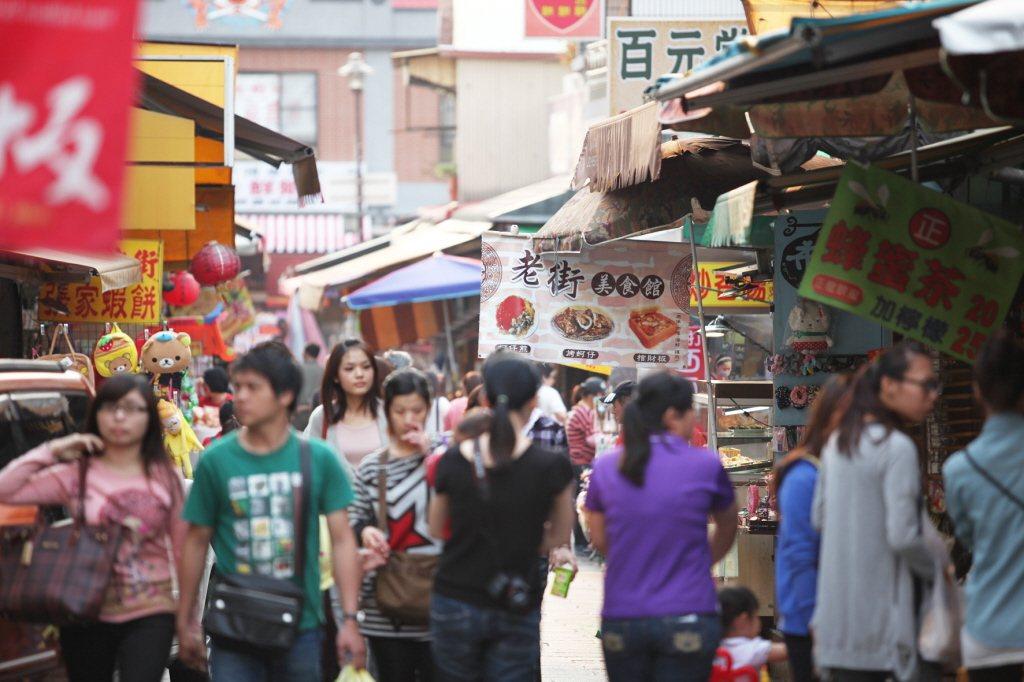 台南安平古堡老街,每到假日都會吸引大批遊客。 本報系資料照
