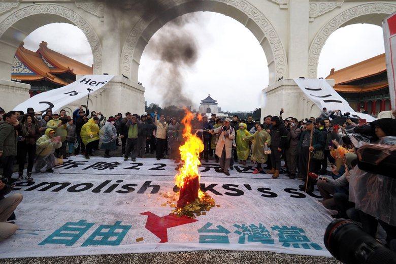 今年二二八,蔡丁貴為了抗議中華民國,於自由廣場焚燒中華民國國旗。 圖/歐新社