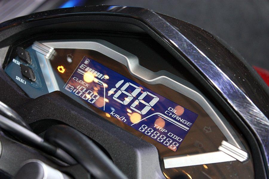 液晶儀表板的面板面積大,可顯示油量/時鐘/電壓/里程等資訊。 記者林和謙/攝影