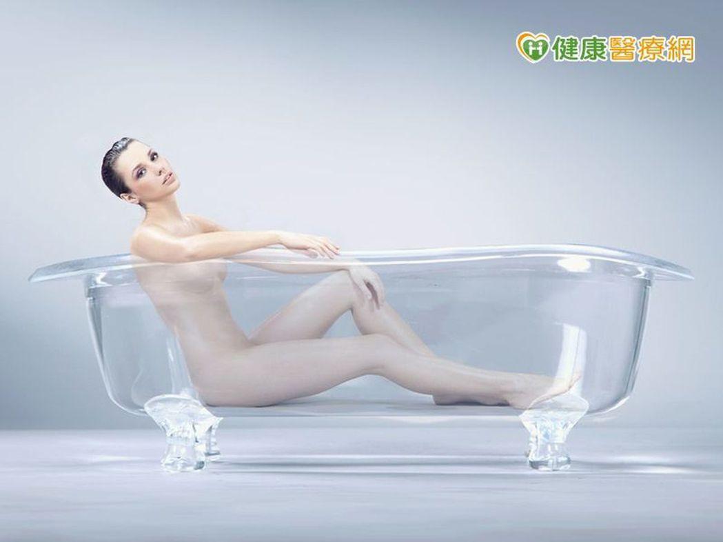 醫師提醒,女性泡盆時,盡量不要泡鹽水、茶葉水等,以免破壞私密處酸鹼平衡。