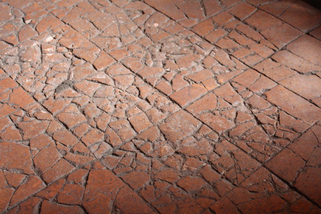 源古本舖前身為當地知名餅舖「古裕發商號」,地上斑駁代表前人的足跡。記者張雅婷/攝...