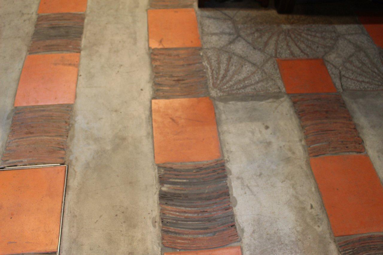 源古本舖日前整修第一進的屋瓦,因為古正君的捨不得,都留下成為特色地磚。記者張雅婷...