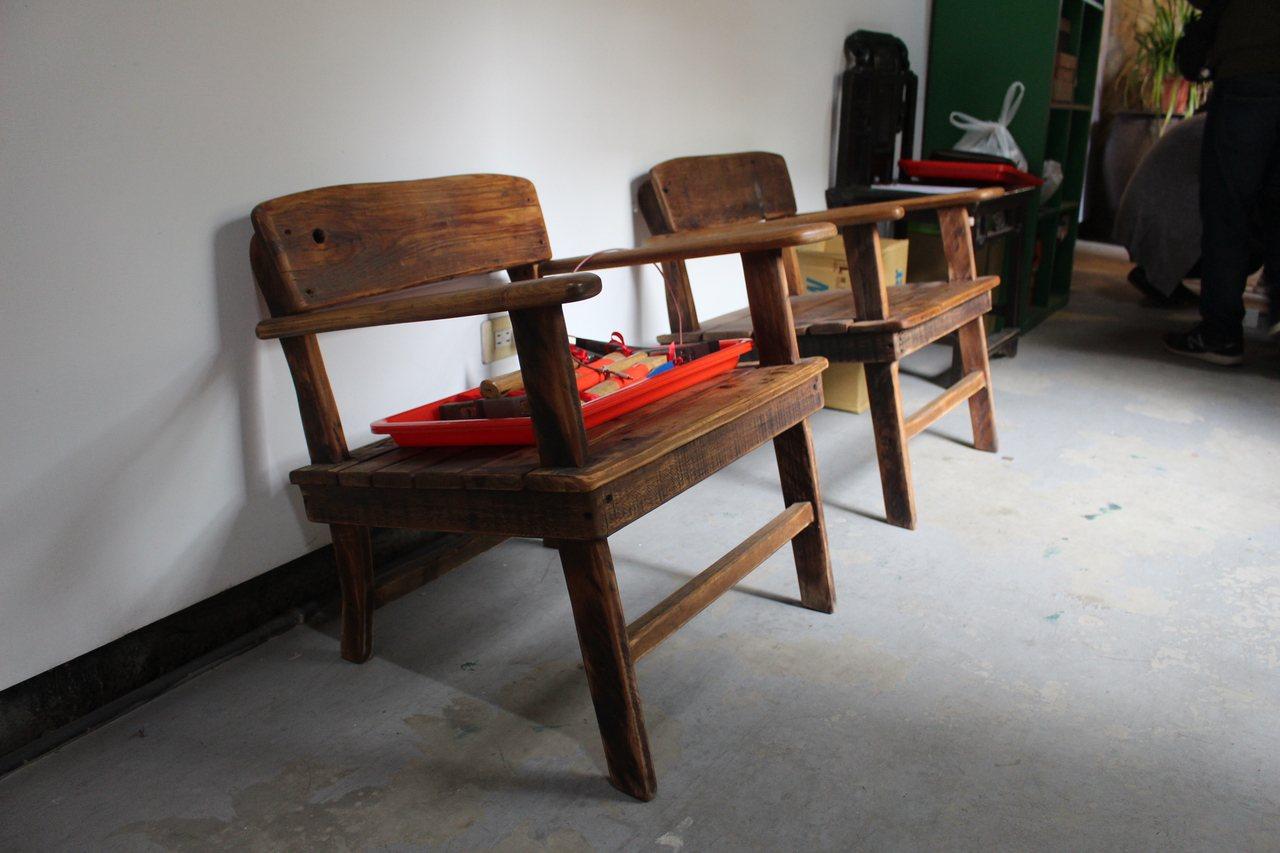 源古本舖日前整修第一進的樑木,也不浪費,反而做成木椅再利用。記者張雅婷/攝影