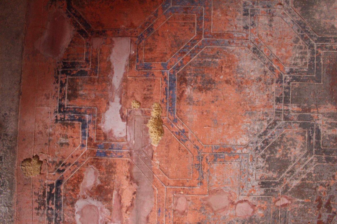 源古本舖前身為當地知名餅舖「古裕發商號」,牆上花紋依稀可見。記者張雅婷/攝影