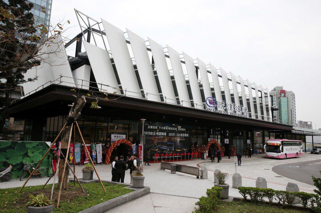 位於台北火車站東北側的國光客運台北車站上午落成,圖為外觀。記者邱德祥/攝影