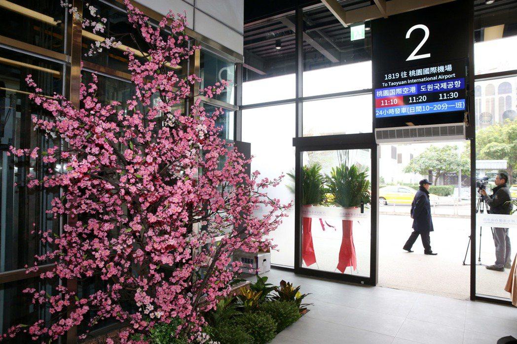 位於台北火車站東北側的國光客運台北車站上午落成,月台的看板也有中日韓英文對照。記...