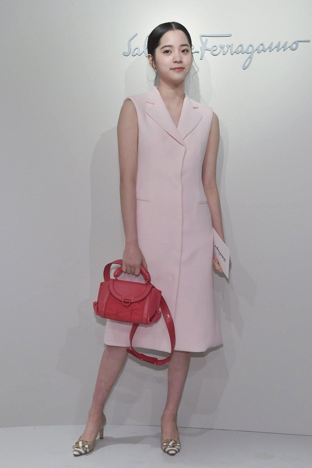 在Salvatore Ferragamo的秀上,歐陽娜娜身穿品牌春夏系列一襲粉色...