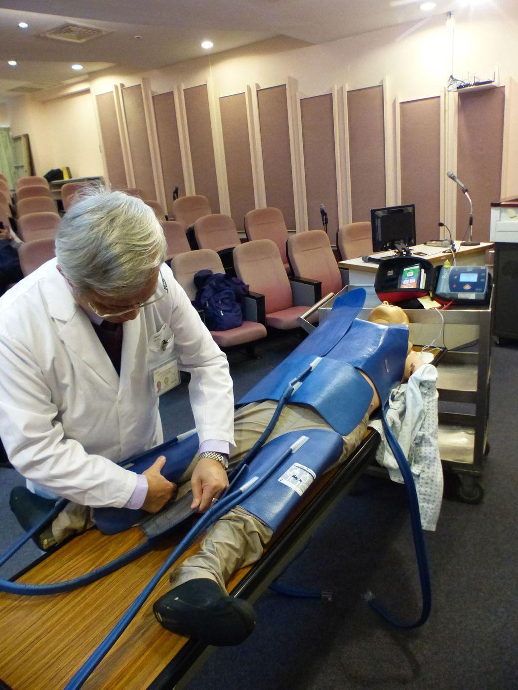 台中榮總急診部主任蔡哲宏示範,低溫治療是將貼片貼在病患身上,以24小時,將體溫降...