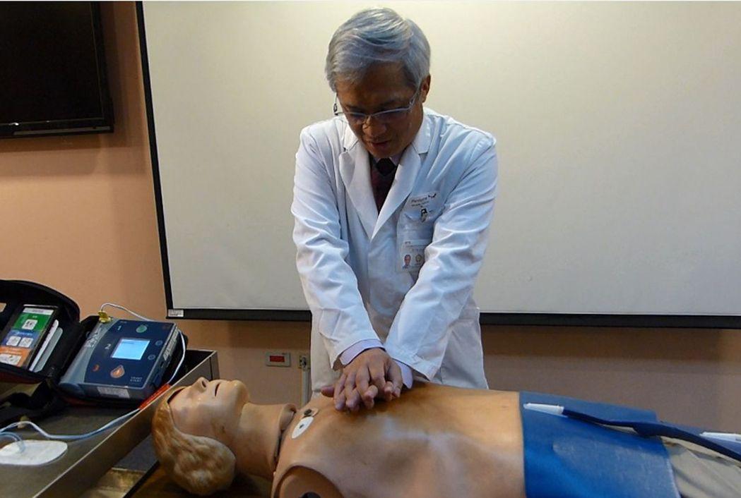 台中榮總急診部主任蔡哲宏示範,對於叫不醒,沒有呼吸病患,以每分鐘100下持續壓胸...