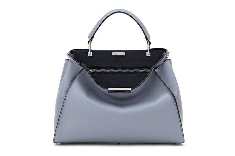 Peekaboo Essential淺藍色搭配黑色,售價190,000元。圖/F...