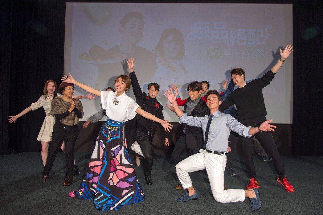 影帝吳慷仁(右)和邵雨薇跳舞被笑是「復建組」。圖/三立提供