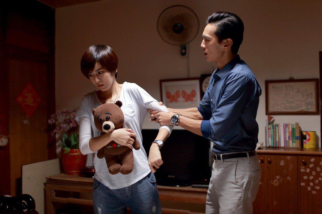 曾沛慈(左)詮釋暗黑性格爆發戲碼。圖/TVBS提供