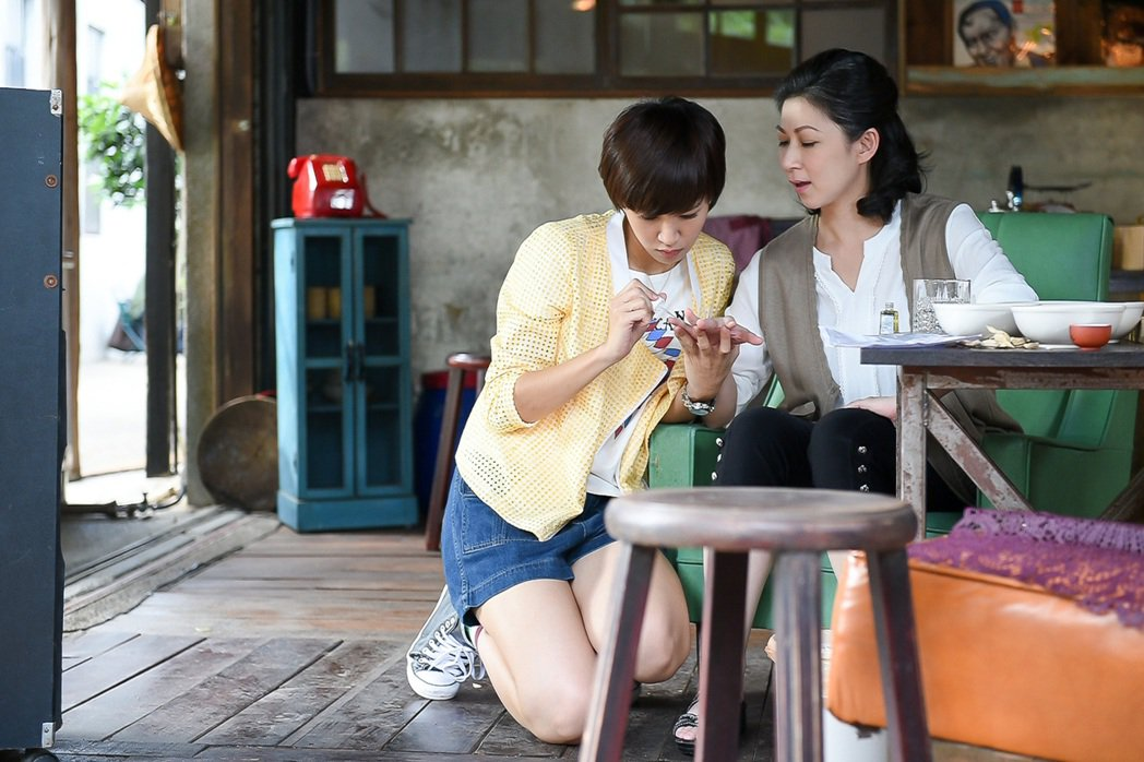 顏嘉樂(右)、曾沛慈演母女。圖/TVBS提供