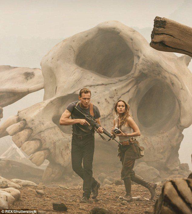 湯姆希德斯頓與布麗拉森在「金剛:骷髏島」有不少動作場面。圖/摘自imdb