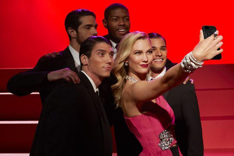 卡莉克勞斯重現瑪麗蓮夢露「紳士愛美人」電影中的經典橋段。圖/施華洛世奇提供