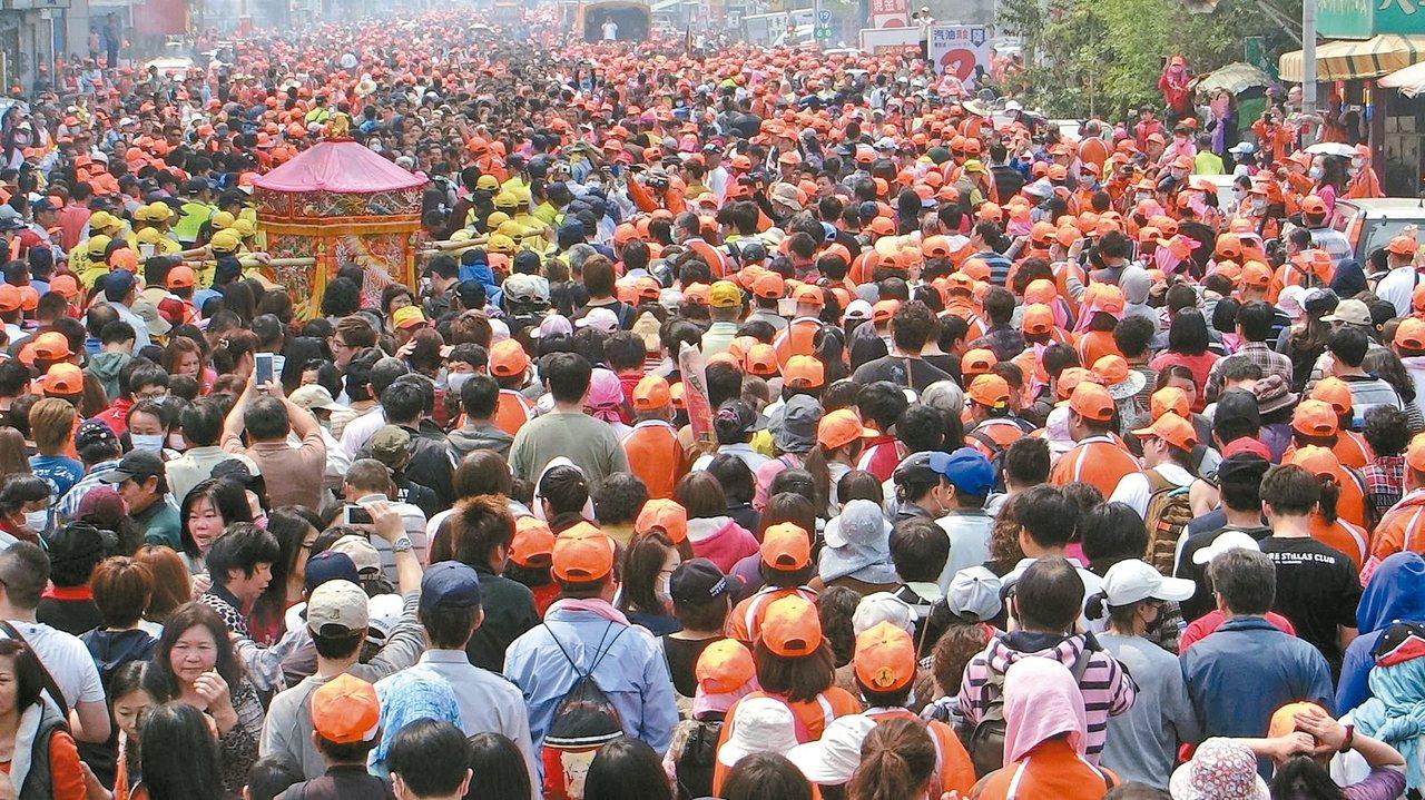 白沙屯媽祖遶境,數萬人夾道迎駕,街頭人潮滿滿。 記者蔡維斌/攝影