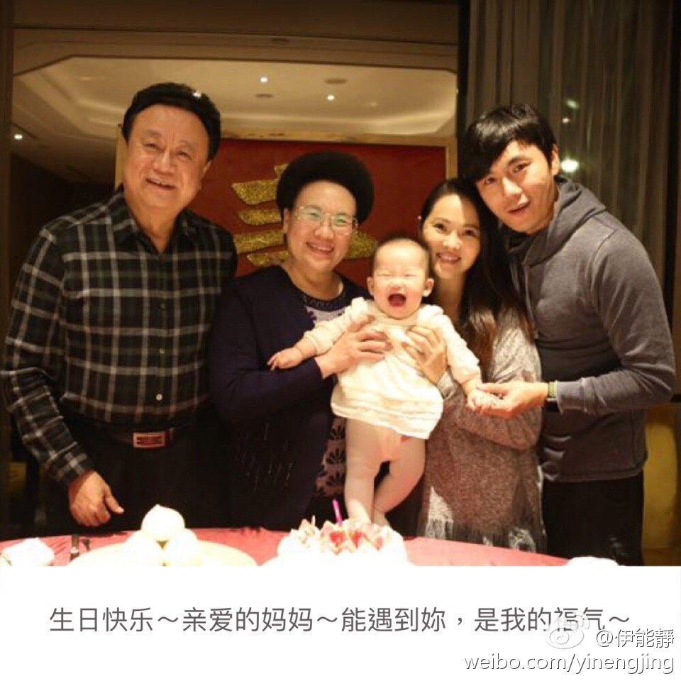 伊能靜(右二)和秦昊的女兒小米粒,五官神似婆婆(左二)   圖/摘自微博