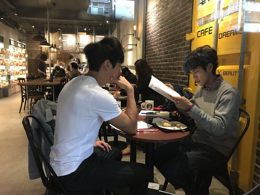 阿翔(右)利用時間跟日文老師學日文。記者葉君遠/攝影