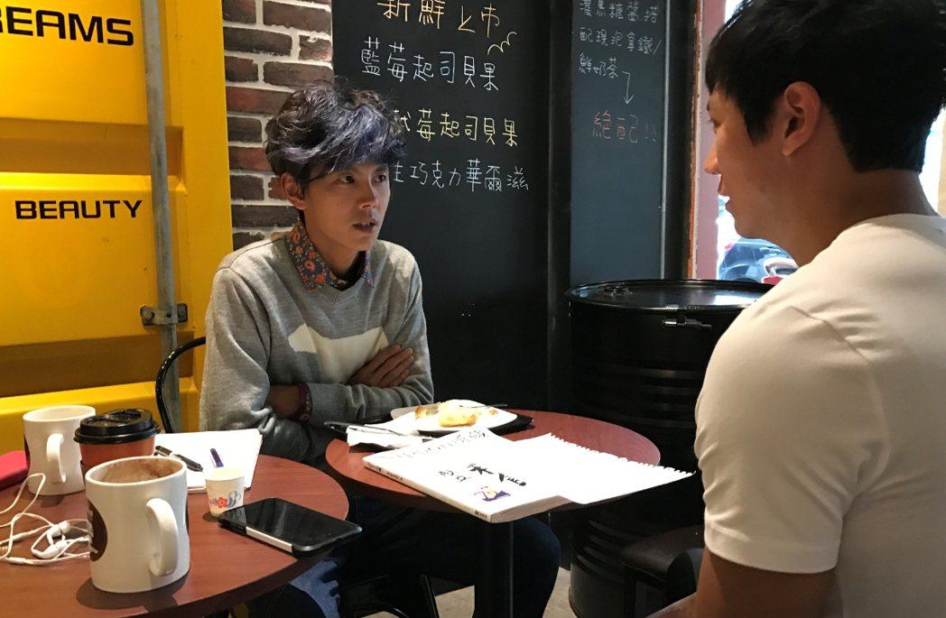 阿翔(左)認真找老師一對一學日文。記者葉君遠/攝影