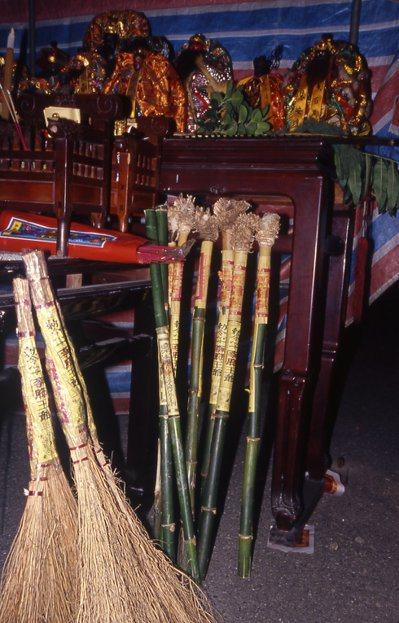 「送肉粽」要設壇請王爺等神明除煞,執事人員各自拿著除煞的青竹棍、掃把、敕令等,沿...