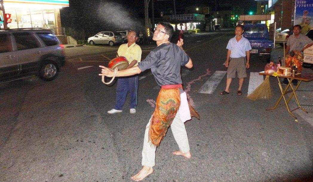 傳統「送肉粽」儀式,又名「送煞」。 圖/陳泰岳提供