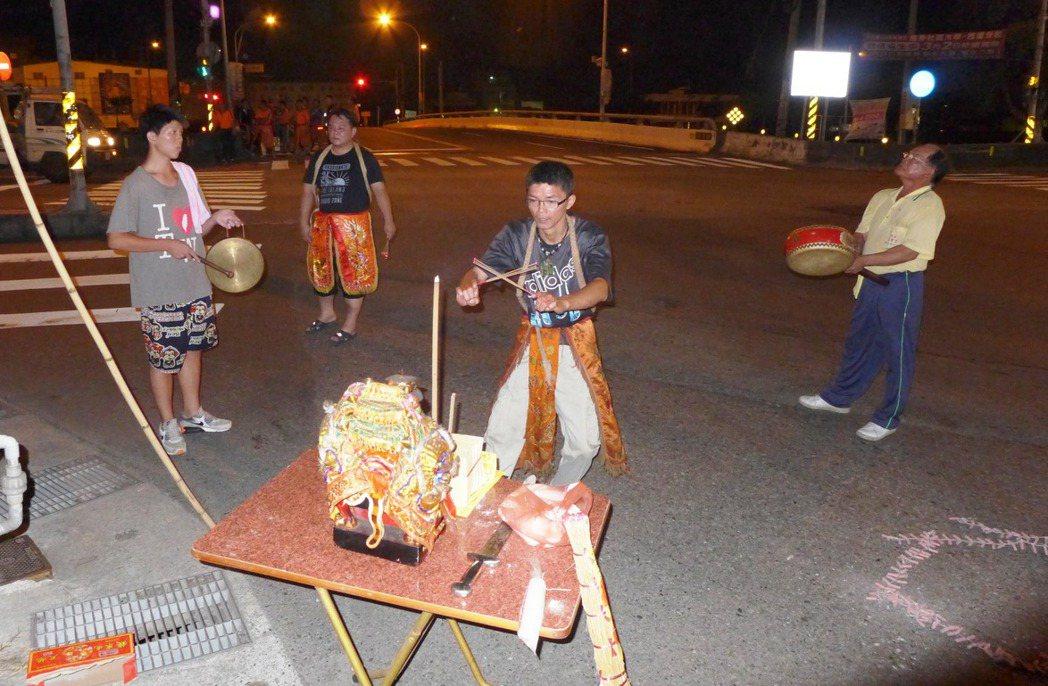 「送肉粽」儀式需擺桌在路口祭拜。 圖/陳泰岳提供
