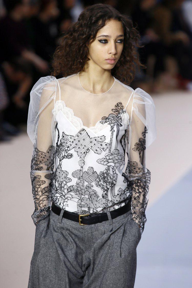 2017秋冬Chloe女裝以蕾絲刺繡帶出蝴蝶翅膀的童幻意象。圖/美聯社