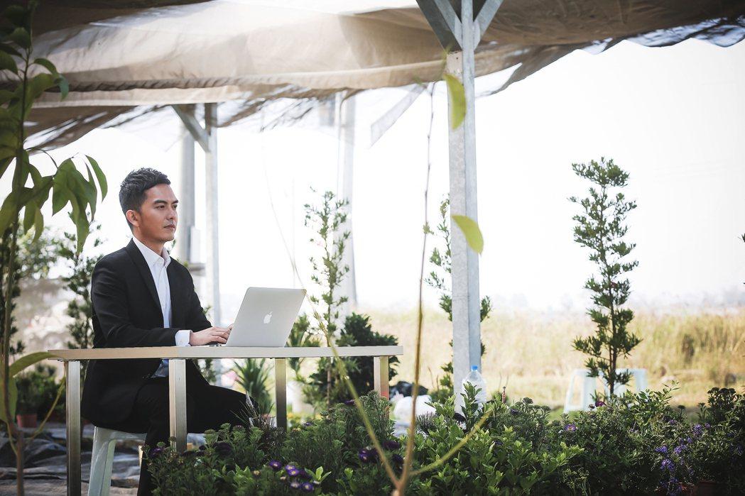 為了宣導綠色能源的理念,特別邀請知名廣告演員來拍攝AI智慧農場。 博立光電/...