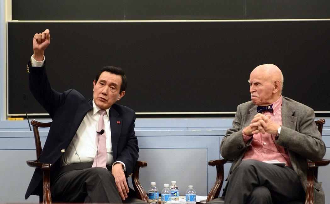 中華民國前總統馬英九(左)2日應邀在紐約大學法學教授孔傑榮的課堂上座談。(記者許...