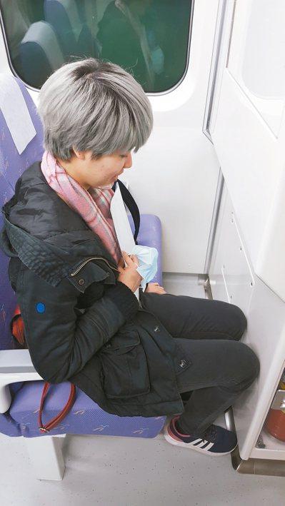 直達車車廂座位的置腿空間太狹窄。 消基會/提供