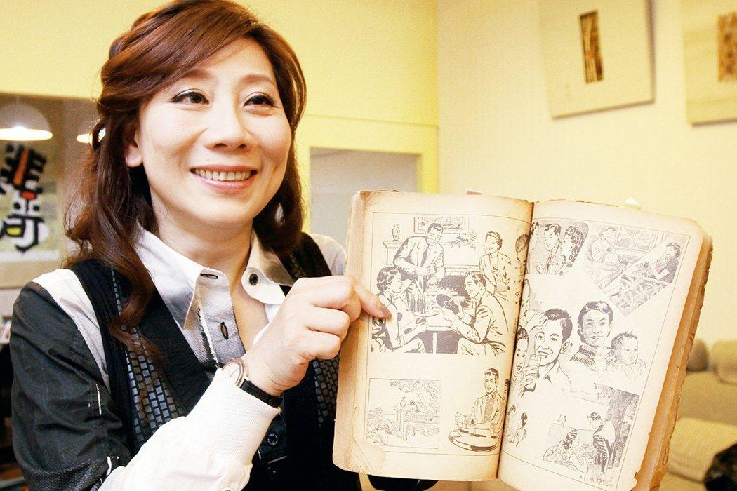春禾劇團藝術總監郎祖筠拿著父親遺留下來的美術書籍表示,父親當初很喜歡畫畫,而這本...