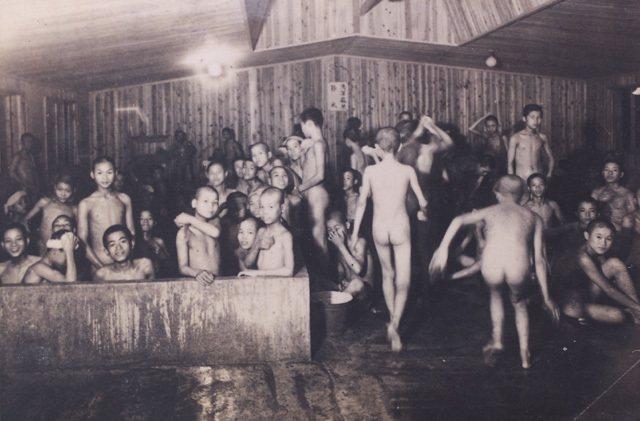 拍攝於民國三十三年,離鄉背井到日本神奈川縣的高座海軍工廠的台灣少年工,在一盞微弱...