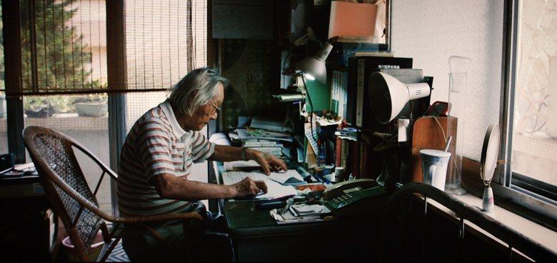 高齡96歲,仍不放棄書寫歷史的二七部隊隊長鍾逸人。 圖/紀錄片《二七部隊》