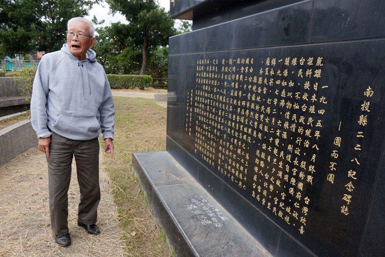 黃金島時任二七部隊警備隊長,於烏牛欄戰役紀念碑前追憶歷史。 圖/本報系資料照
