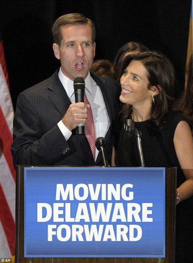 拜登長子波(左)在2010年連任德拉瓦州檢察長,妻子海莉深情望著他。 圖/取自網...