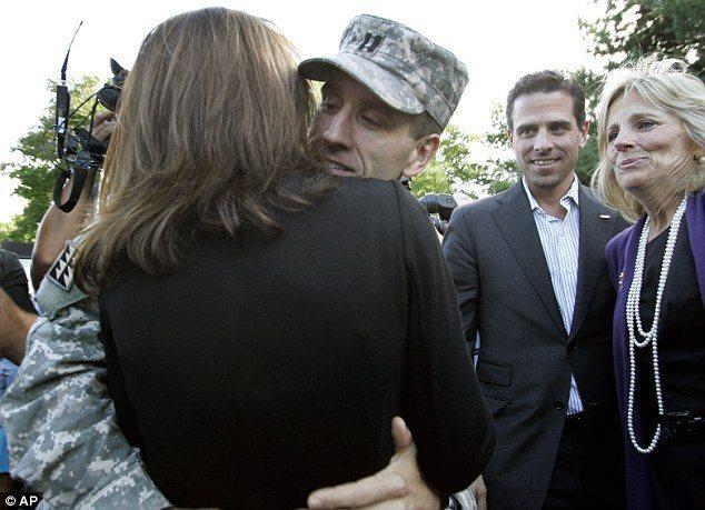 波(左二)在曾在伊拉克服役一年,2009年回國,與海莉緊緊擁抱,杭特(右二)和兄...