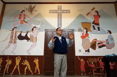 丁松青以原住民元素彩繪教堂牆面、設計十字架,讓天主堂不只是當地信仰中心,更像是藝...