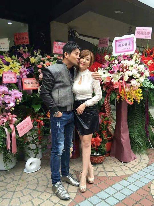 謝承均(左)參加師妹羅巧倫的新店開幕 圖/摘自臉書