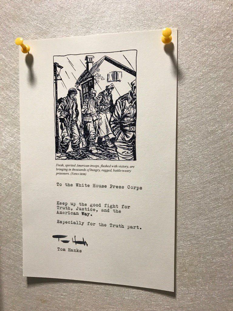 湯姆漢克斯送咖啡機給白宮記者團,還留字條替他們打氣。(取自推特)