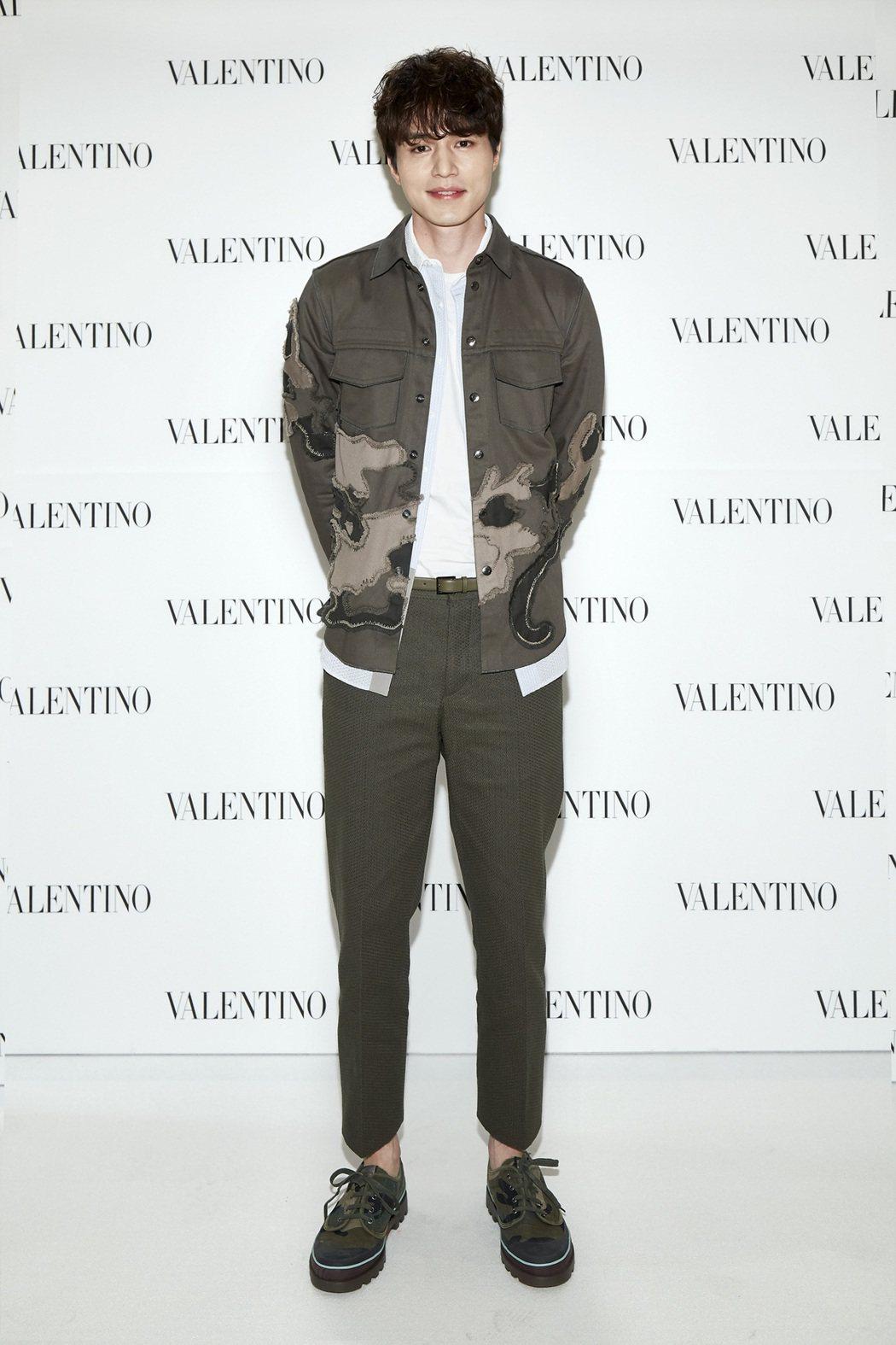 李棟旭氣場正強,以2017春夏系列的迷彩圖樣展現叛逆時尚。圖/VALENTINO