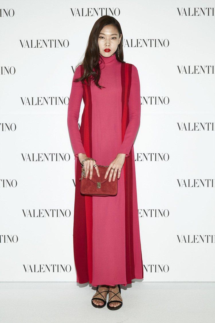 韓惠珍將不易駕馭的桃紅長裙裝穿出個人風采。圖/VALENTINO 提供
