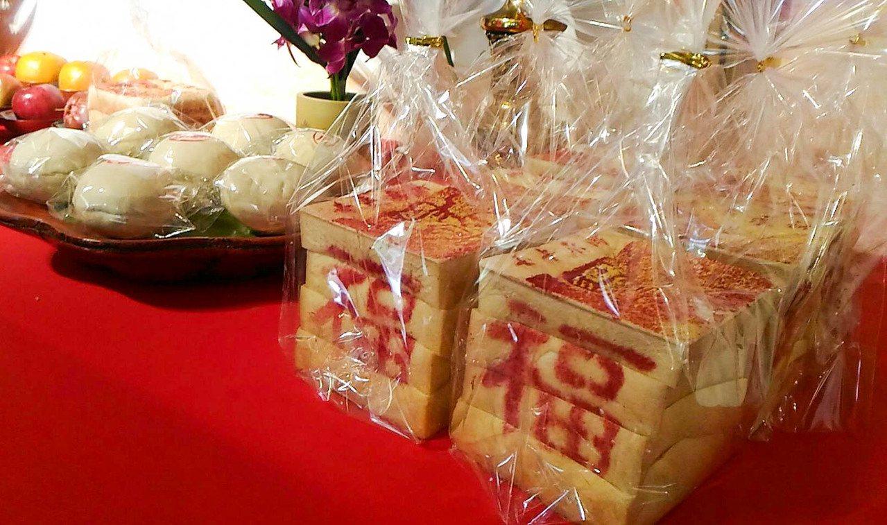 台南市民政局推出用吐司製作而成的金紙。記者鄭維真/攝影