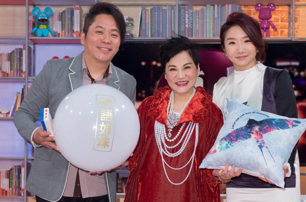 張小燕(中)開新節目,卜學亮(左)、陶晶瑩前來站台。圖/TVBS提供