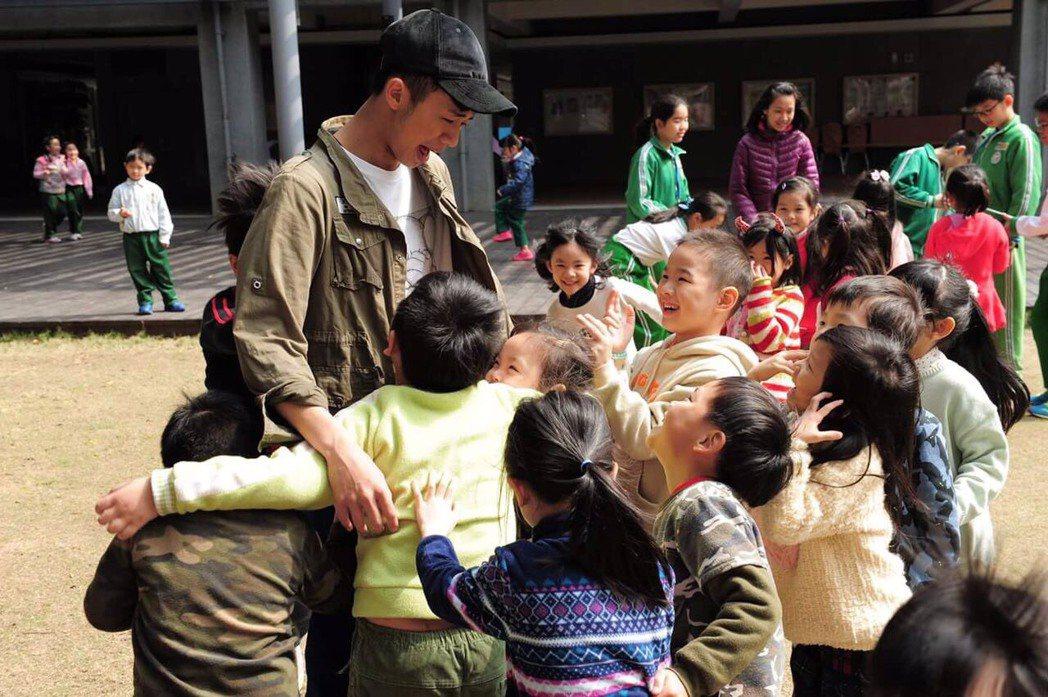 吳政迪受到小朋友熱烈歡迎。圖/客台提供