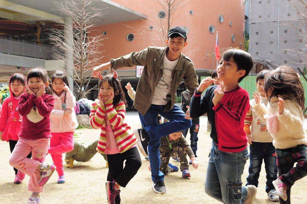 吳政迪化身葛格教小朋友跳舞。圖/客台提供