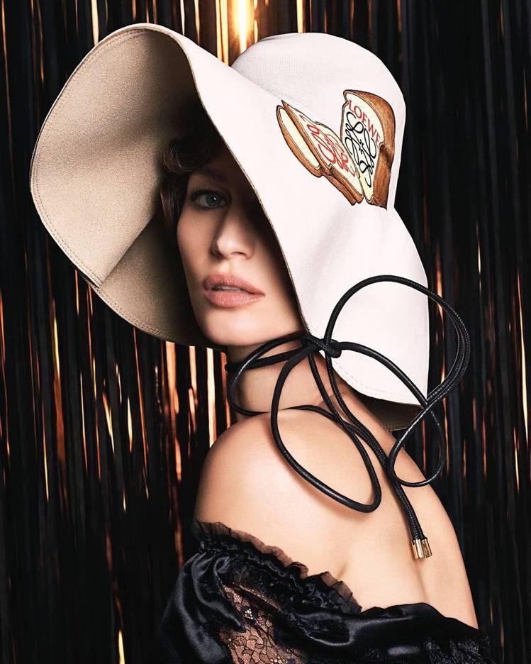 吉賽兒邦臣是LOEWE秋冬女裝形象廣告模特兒。圖/取自IG