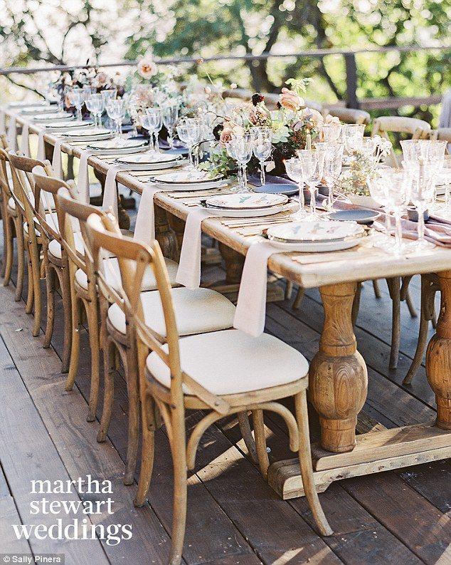 精心擺設的婚宴主桌。圖/摘自marthastewartweddings