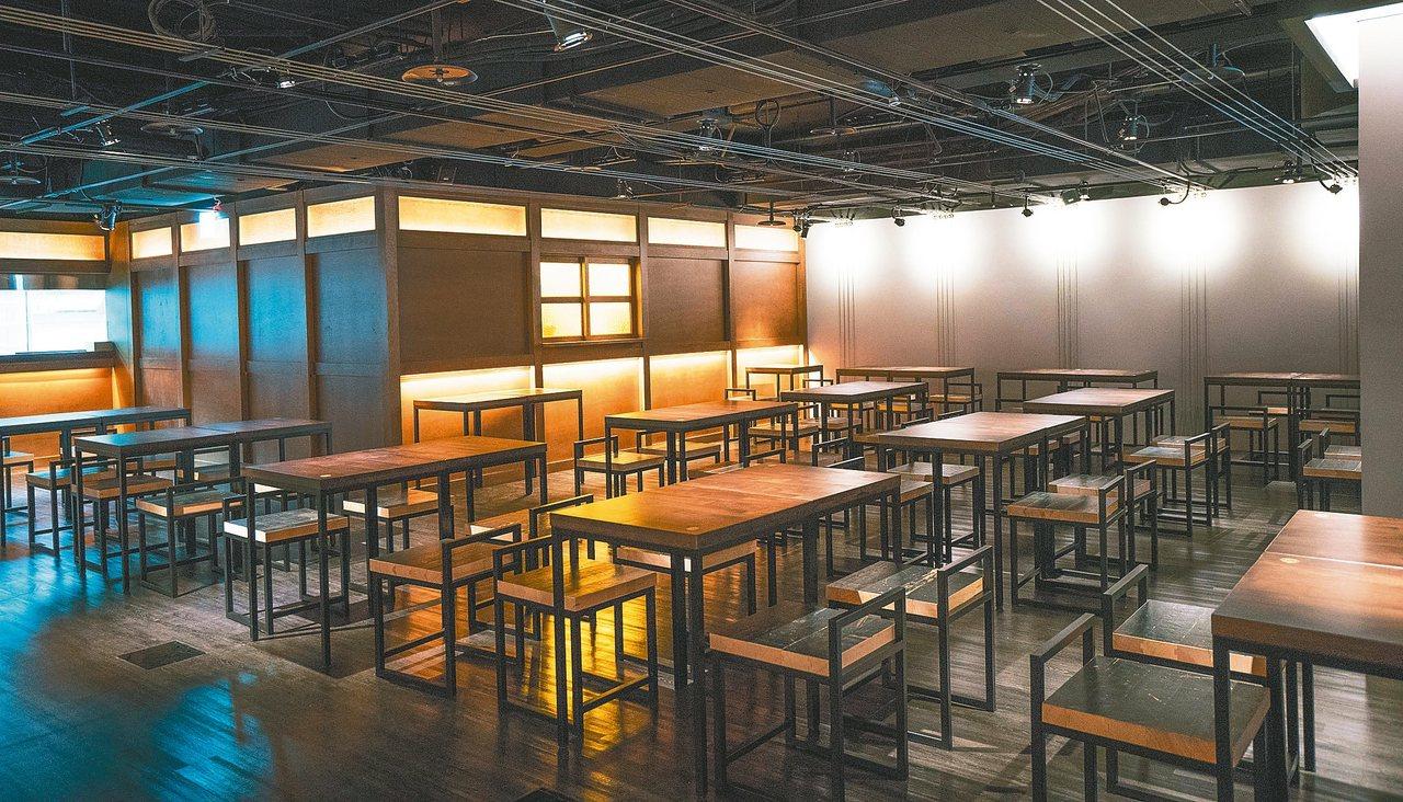 卸下的舞台地板,重生為茶館桌椅。