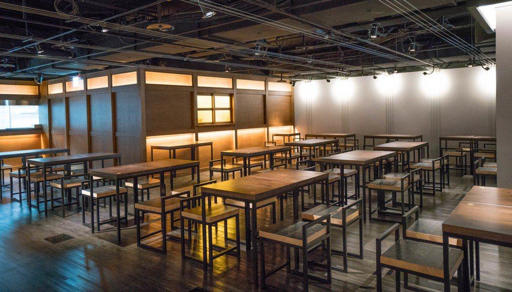 「戲台咖」中的茶館桌椅以戲劇院舞台地板「奧勒岡松木」,重新設計打造而成。 圖/兩...