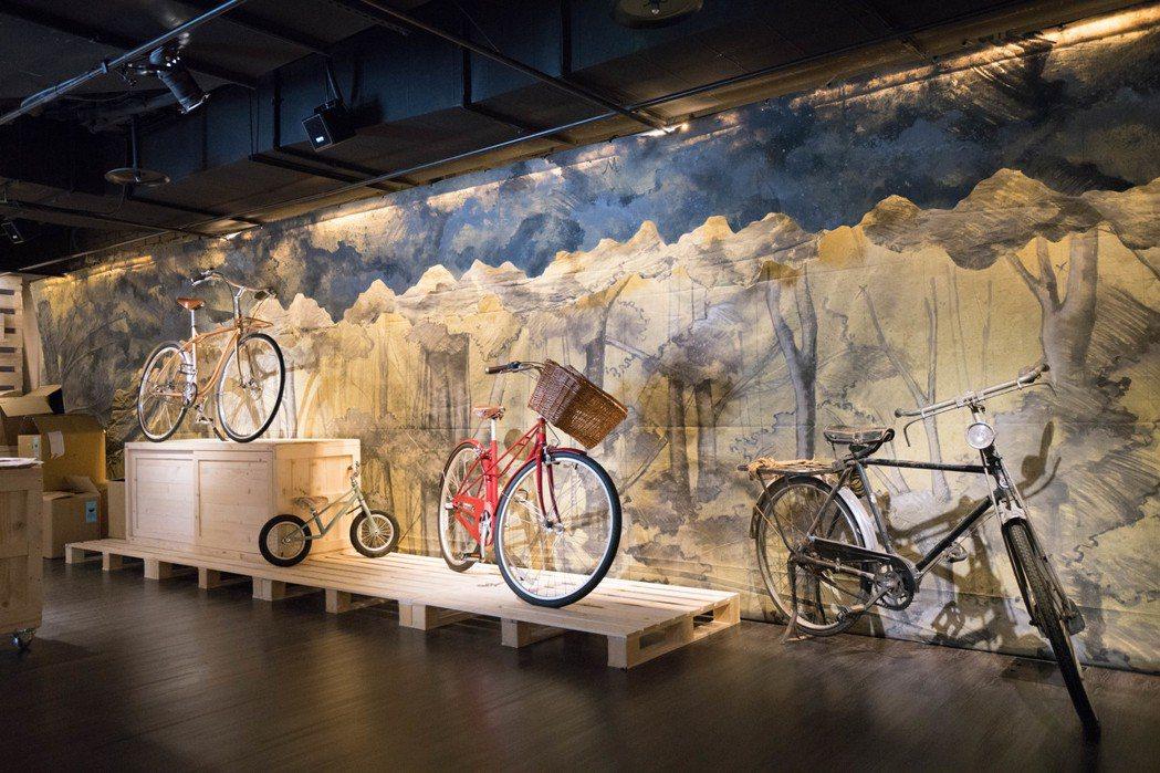 「戲台咖」中的茶館融入劇場元素,放上舞台劇「寶島一村」的道具單車。 圖/兩廳院提